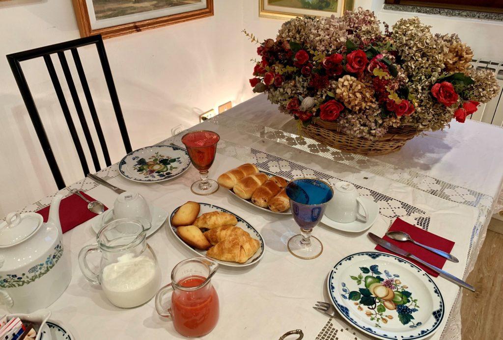 Rana B&B zona colazione tavolo breakfast